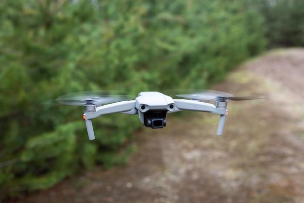숲에서 비행 무인 항공기
