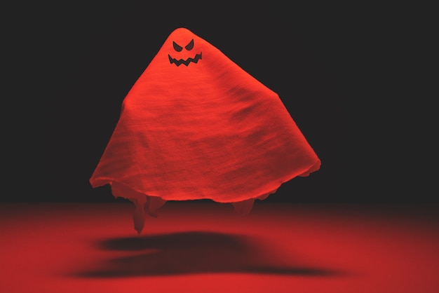 Летающий злой призрак с кровавой тонировкой. праздник хеллоуина.