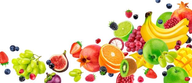 Летающие фрукты и ягоды на белом фоне