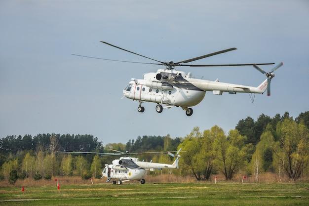 Летающий вертолет против неба.