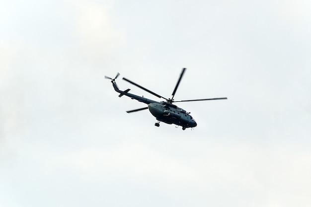 하늘을 나는 헬리콥터. 흰색 배경에 헬리콥터