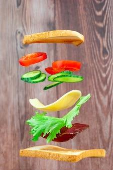 ハム、チーズ、野菜のサンドイッチのフライングレイヤー