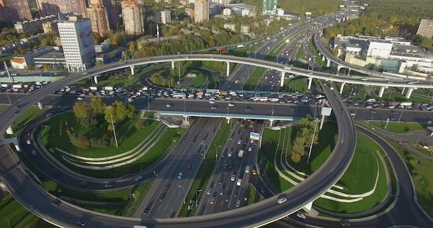 Пролетая над оживленными перекрестками в москве, россия