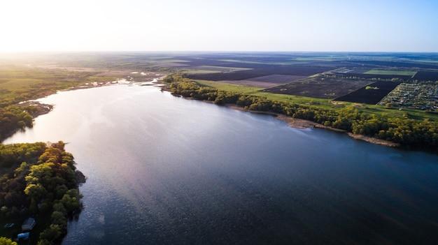 美しい春の川の上を飛んでいます。空中カメラショット。ウクライナ。