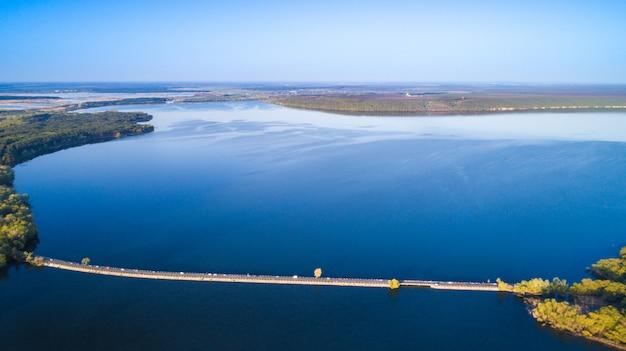 川のダムの上を飛ぶ。空中カメラショット。ウクライナ。