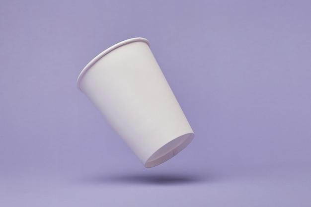 바이올렛에 비행 종이 컵