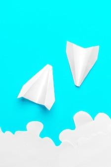 구름에서 비행 종이 비행기. 비행, 여행, 전송의 개념