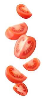 クリッピングパスで白い背景に分離されたフライングトマト。空気中の赤いトマトのスライス。落下する材料。