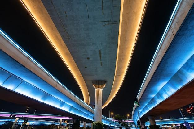 밤에 빛나는 저공 비행과 고속도로