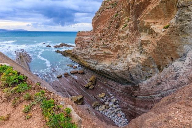 Скала флиш и пляж испания