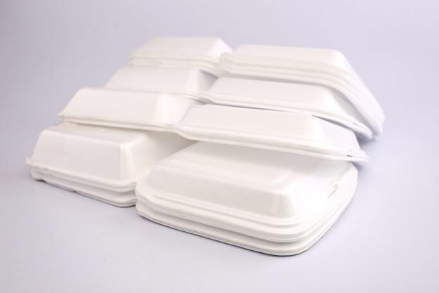 흰색 배경으로 거품 상자입니다.