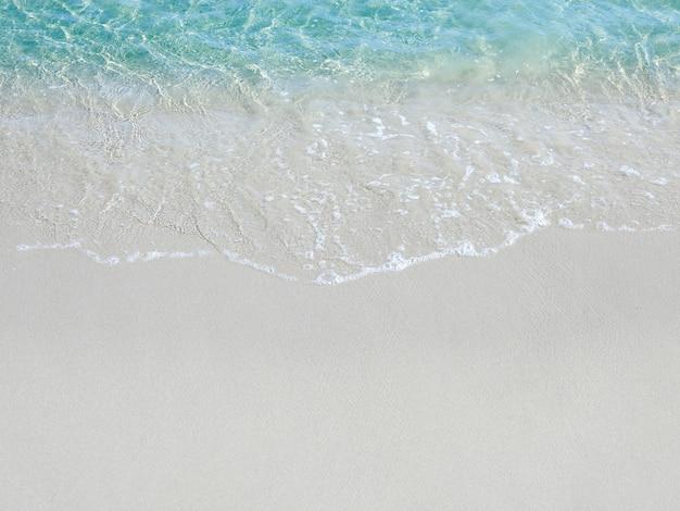 열대 해변에서 푸른 바다 물과 모래 사장에 거품 파도