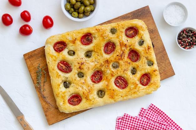 トマトとオリーブのフォカッチャ。ベジタリアンフード。イタリア料理。