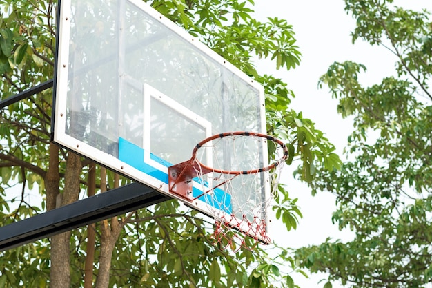 Сосредоточьтесь на баскетбольном кольце на баскетбольной площадке в парке