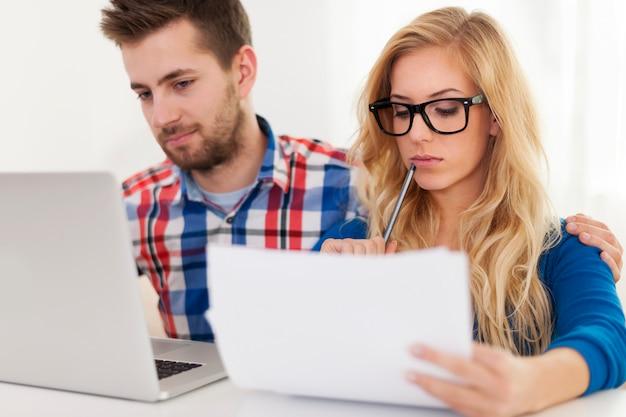 Concentrati sulle finanze della coppia e della casa