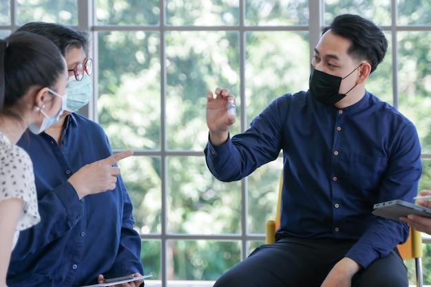 심리학자 컨설턴트가 안면 마스크 회의를 하는 아시아 사람들의 정신 건강 집중 그룹