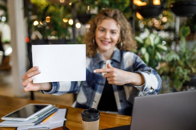紙で幸せな若い女性ブロガーの焦点