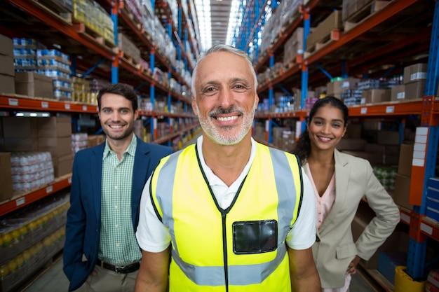 노동자의 초점은 미소하고 그의 관리자 앞에서 포즈