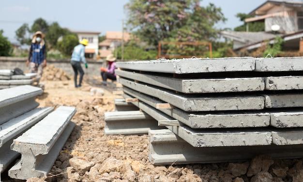 Сосредоточьтесь на цементной плите с железной линией на строительной площадке сборного литья