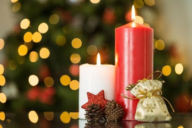 クリスマスキャンドルと装飾に焦点を当てる