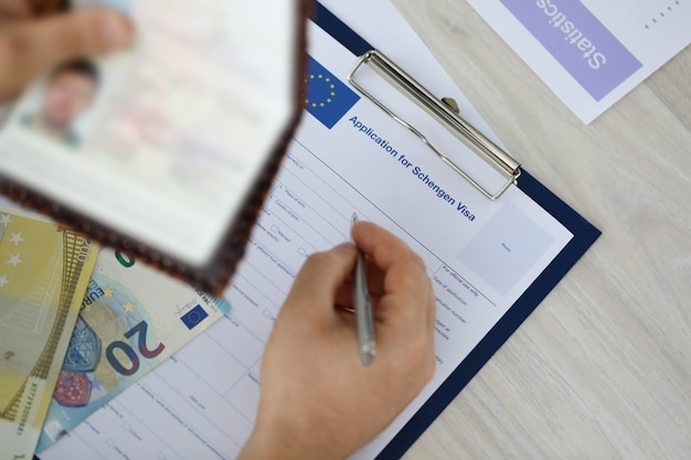 男性の身分証明書と記入申請書に焦点を当てる