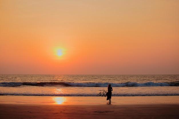 Сосредоточиться на силуэт женщина закат пляж праздник отпуск образ жизни счастье свобода концепция