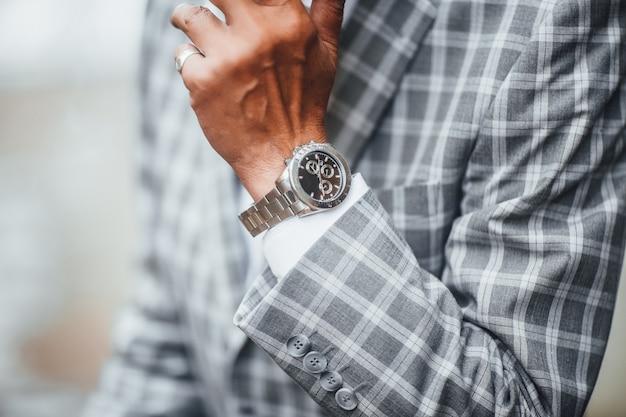 非常に高価な時計に焦点を当てる