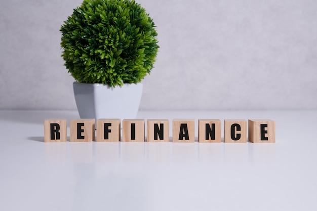 Сосредоточьтесь на деревянных блоках с буквами refinance text. концептуальный образ.