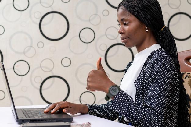 시스템에서 일하는 예쁜 아프리카 여성 사업가에 집중