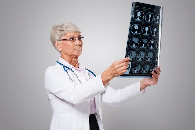 テスト結果を分析する年配の女性に焦点を当てる