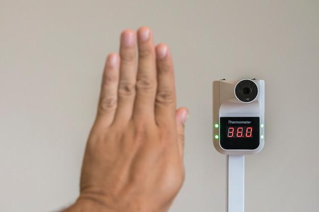 초점 온도계 손을 들어 체온계 근처에서 체온을 측정합니다.