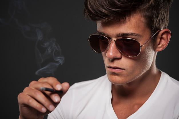 검은 담배와 젊은 남자를 집중