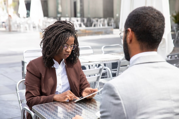 タブレットを使用して焦点を当てたアフリカ系アメリカ人女性