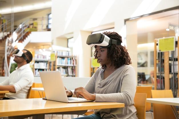 Studentessa nera focalizzata che descrive l'esperienza di realtà virtuale