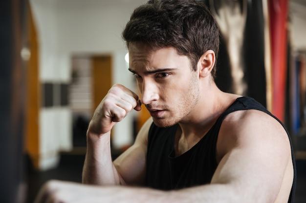 Сосредоточенный тренировка боксера в спортзале