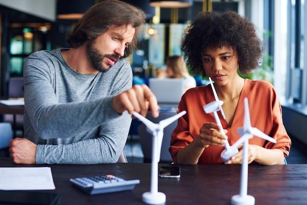 Сосредоточенная деловая пара обменивается идеями