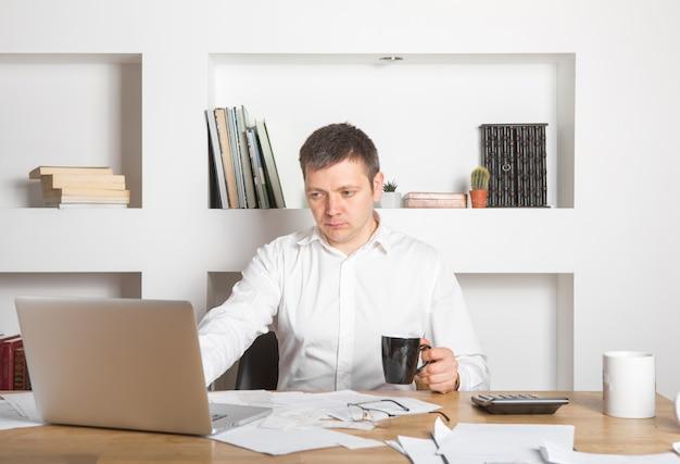 Сосредоточенный бизнесмен изучает онлайн просмотр вебинара