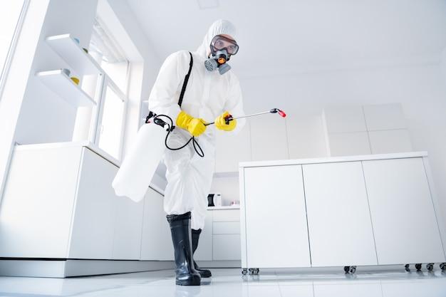 Сосредоточенный уборщик в защитной униформе