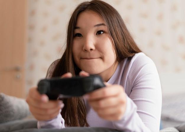 Сосредоточенная девушка играет в видеоигры