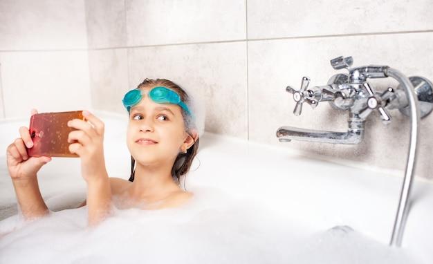 Сосредоточенная маленькая кавказская девочка в плавательных очках