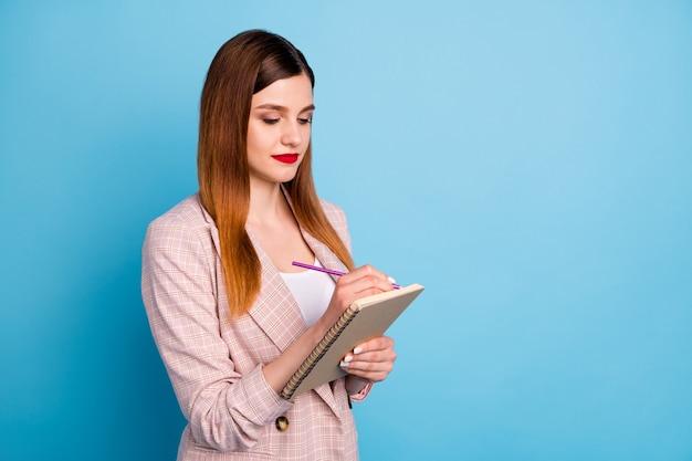 焦点を当てたマネージャーの女の子がビジネスレポートのコピーブックを書く