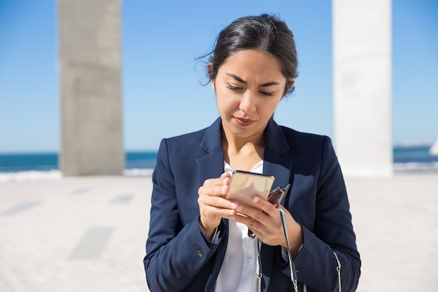 전화 화면을 읽고 집중된 사무실 비서