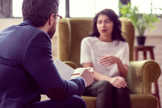 仕事に焦点を当てた。彼の患者を見ている賢い経験心理学者の選択的な焦点
