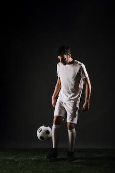 Сосредоточенный спортивный жонглирующий мяч