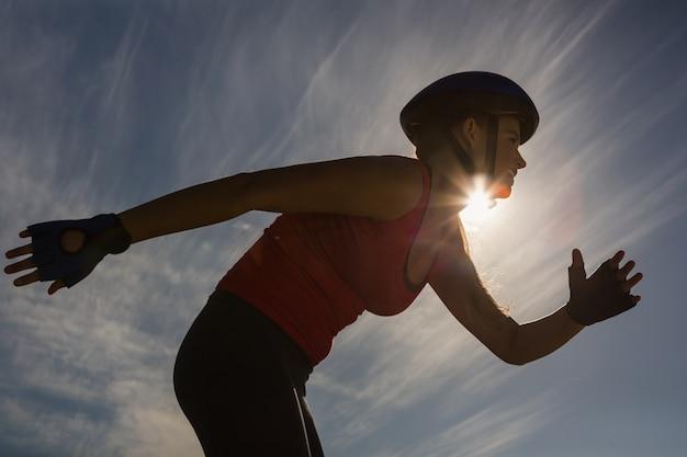 푸른 하늘에 대 한 스포티 한 금발 스케이트를 집중