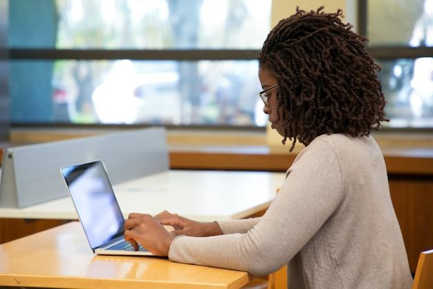 Основное внимание студентка работает на компьютере