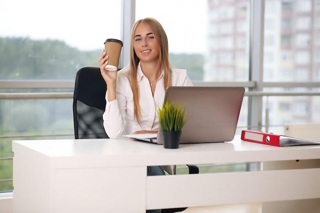 Сосредоточенная женщина, работающая на своем компьютере
