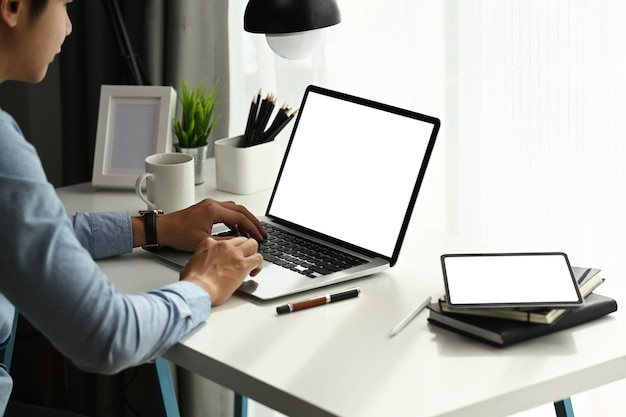 노트북을 사용 하 고 홈 오피스에서 온라인으로 작업하는 젊은 사업가 집중.