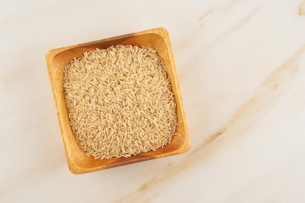 大理石の木製ボウルに玄米、グルテンフリー全粒穀物、fodmapダイエット
