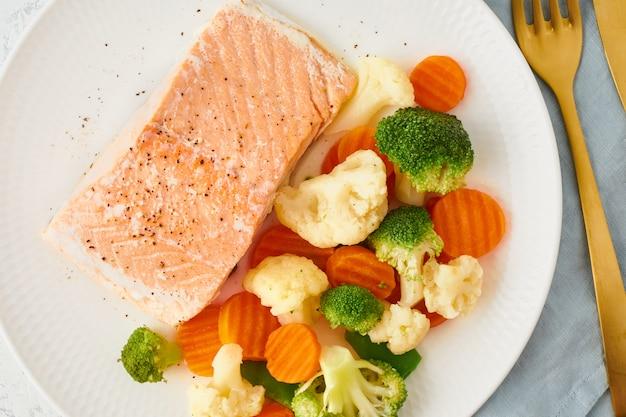 スチームサーモンと野菜、古、ケト、fodmap、ダッシュダイエット。地中海式ダイエット